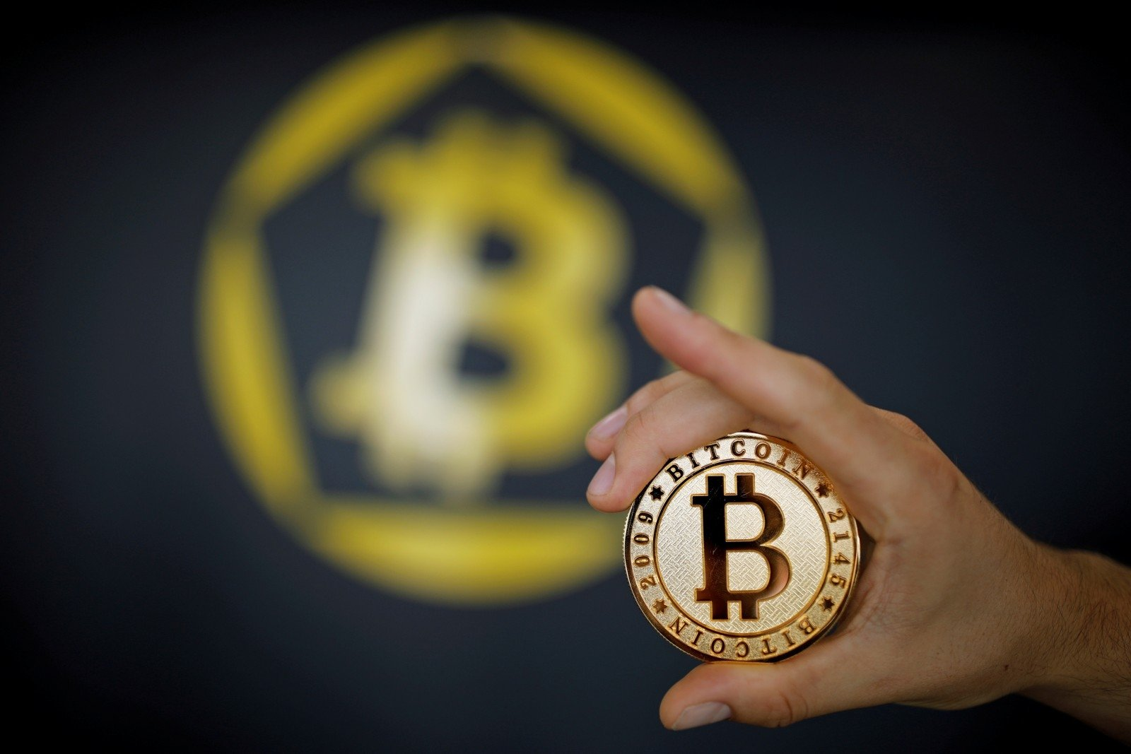 prieš bitkoiną
